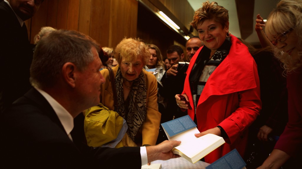 Președintele ales, Klaus Iohannis, a participat personal la Târgul Gaudeamus | foto: iohannispresedinte.ro
