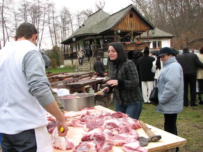 Special pentru acest eveniment, bucătarii au sacrificat un porc care cântărește în jur de 200 de kilograme