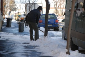 Au revenit ninsorile! Primăria Sibiu avertizează cetățenii că au obligația să îşi deszăpezească trotuarele