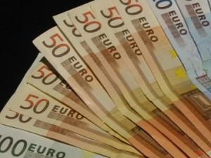 Euro, la maximul ultimelor trei săptămâni
