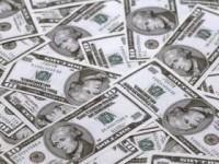 Dolarul a crescut, față de acum un an, cu 33 de bani