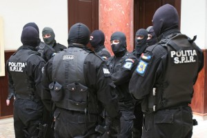 Percheziții la persoane suspectate că au falsificat 10.000 de euro