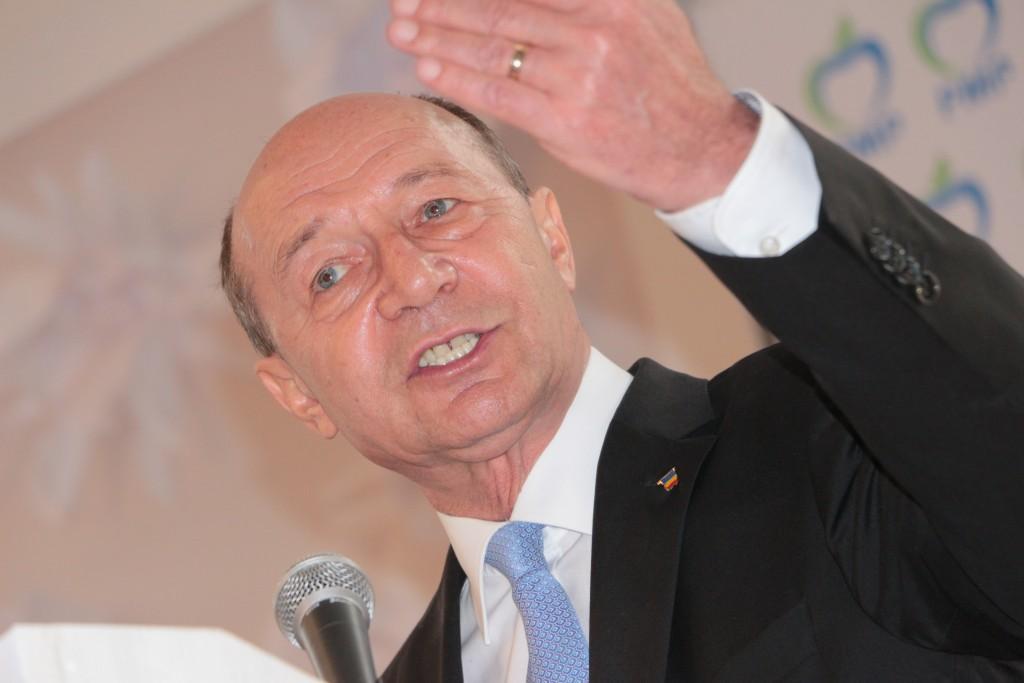 Băsescu așteaptă un scor electoral peste medie de la PMP Sibiu. Ariton a stat la coadă să dea mâna cu fostul președinte | FOTO și VIDEO