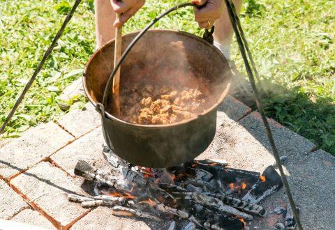Zilele HUNGARIKUM readuc concursul de gătit gulyás la Muzeul ASTRA