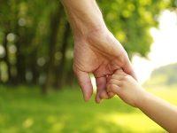 """DGASPC Sibiu angajează """"părinți de împrumut"""". Iată ce beneficii poți obține ca asistent maternal profesionist!"""
