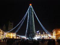 Cisnădia întâmpină sărbătorile de iarnă cu cel mai mare brad de Crăciun din România și singurul patinoar acoperit din județ!