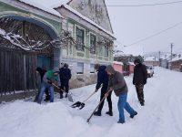 Voluntarii au deszăpezit satul Săcădate | FOTO