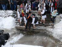 Udatul Ionilor de la Tălmăcel, un obicei unic în România! FOTOREPORTAJ