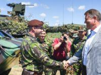 Iohannis urează 'La mulți ani' Forțelor Terestre