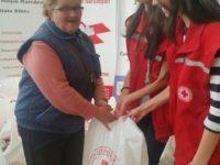 Alimente pentru persoanele nevoiașe distribuite de Crucea Roșie Sibiu