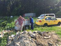 Taximetristul care a aruncat gunoaie pe malul Oltului, amendat cu 2.000 de lei