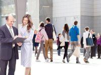 Tinerii sub 21 de ani se angajează după sfatul mamei şi vor să lucreze într-o multinaţională