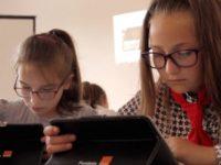 Elevii dintr-o comună sibiană încep şcoala cu tablete, laptopuri şi laboratoare digitale complet echipate