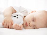 Bebelușii care sunt culcați în camera lor dorm mai bine și mai mult