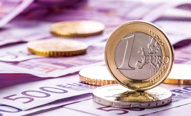 Euro stagnează la 3,74 lei