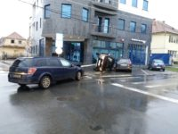 Duster RĂSTURNAT la intersecția străzilor Justiției și Boiu! Un pasager a ajuns la spital, cu răni la cap