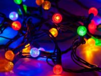 Peste 84% dintre români asociază sărbătorile de sfârşit de an cu bradul şi instalaţiile de lumini