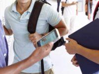 Elevii nu pot folosi telefoane la cursuri.Cu o singură excepţie