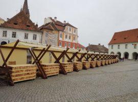 Primăria Sibiu a amplasat 20 de standuri în Piața Mică pentru vânzarea de produse artizanale și suvenire