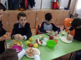 Nutriţia, învăţată din manuale şi cursuri de gătit în grădiniţe şi şcoli