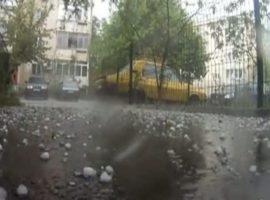 Se schimbă vremea. Vin ploile torenţiale şi grindina!
