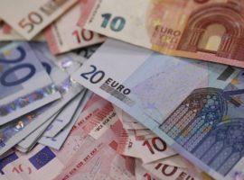 Euro și dolarul au încheiat luna pe scădere