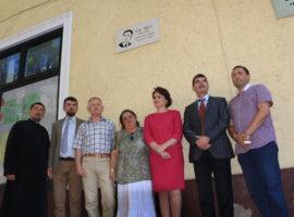 Placă memorială în amintirea lui Ilie Micu, dezvelită pe fațada școlii sibiene care îi poartă numele