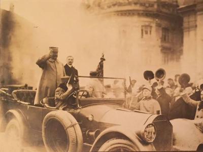 Intrarea generalului Berthelot și a lui Iuliu Maniu în Piața Mare