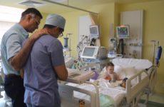 INIMI SĂNĂTOASE. Nouă copii, salvați la Sibiu de o echipă internațională de chirurgi, datorită sponsorizărilor obținute de Fundația Polisano