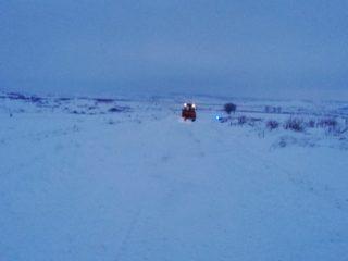 Blocați în zăpadă! Drumarii au salvat două persoane a căror mașină a rămas înzăpezită pe drumul județean dintre Ocna Sibiului și Topârcea | FOTO