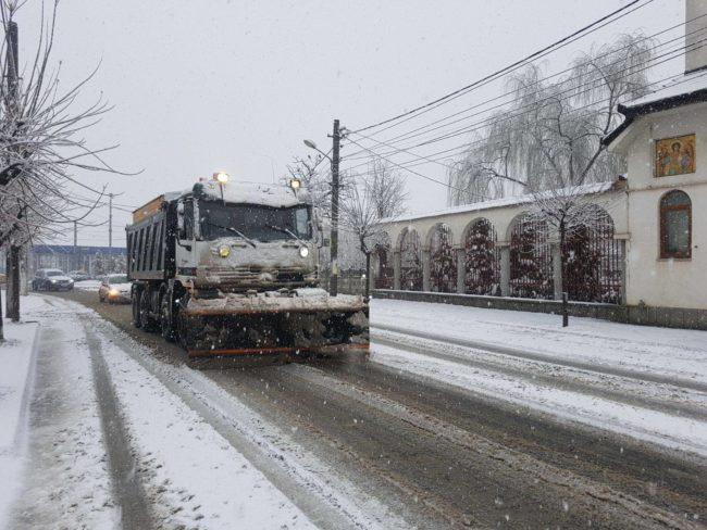 Zece utilaje se ocupă de deszăpezirea străzilor din cartierele Sibiului