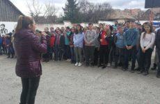 Înviorare inedită la o școală din Rășinari: elevii și profesorii dansează zumba și cântă imnul înainte de a merge la ore