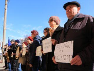 Biciclist ridicat de jandarmi în timpul unui protest în fața Tribunalului Sibiu