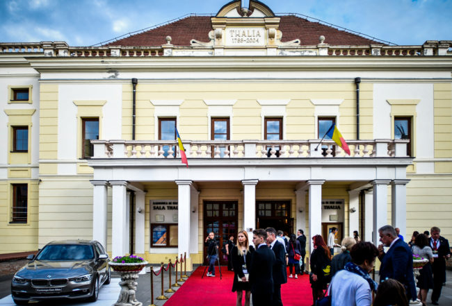 """Teatrul Național """"Radu Stanca"""" Sibiu felicită Filarmonica de Stat Sibiu pentru Ordinul Meritul Cultural în grad de Comandor"""