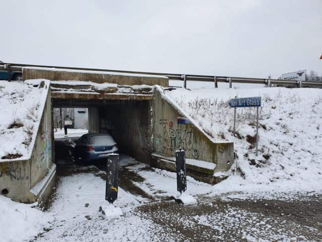 Cale de acces transformată în garaj?