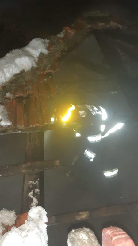 Incendiu la Arpașu de Sus. Acoperișul unei case a ars din cauza unui coș de fum deteriorat
