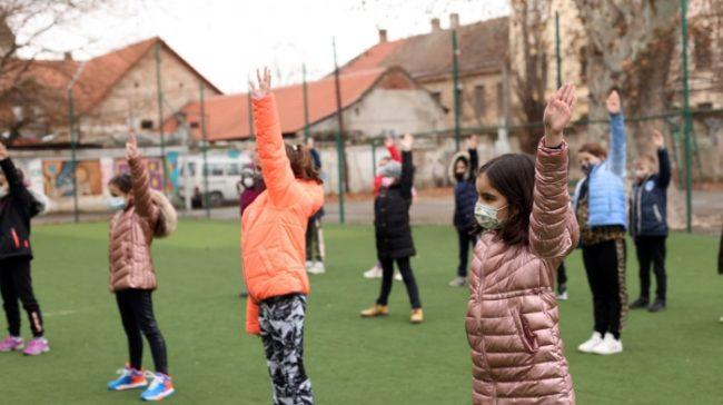 Masca de protecție nu este obligatorie în timpul orelor de sport. Ce excepții mai prevede ordinul?